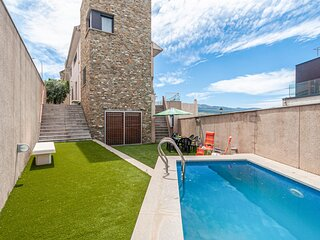 Beautiful home in Granada with Outdoor swimming pool, WiFi and 5 Bedrooms (EAC55