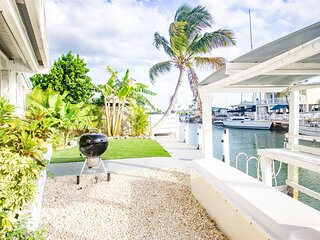 Reel Living 2bed/1.5bath Waterfront Beachy Cottage with immediate boat access to