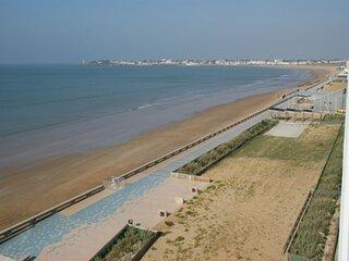 face à la grande plage de St gilles avec accès direct, vue splendide