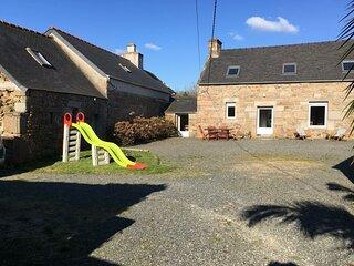 Maison bretonne renovee WIFI avec grand jardin a TREBEURDEN