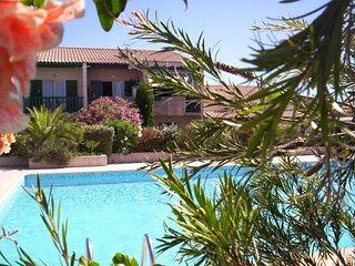 Coquet pavillon 5 personnes avec jardinet - piscine- proche plage et commerces