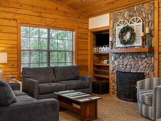 Charming Cabin for Two - Soaking Tub, Gas Fireplace, Covered Balcony
