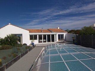Maison avec piscine privative.