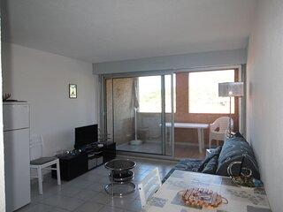 Appartement T.2 en rez-de-chaussée avec une terrasse couverte et une place de