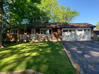 Cozy 3 bedroom FAMILY cottage with Lake Erie views