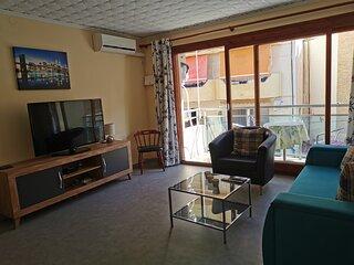 Salón amplio con aire acondicionado, con balcón