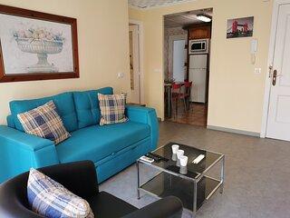 Salón muy iluminado y con un sofá confortable
