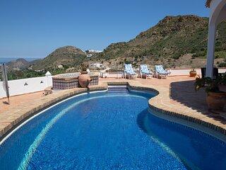 Villa Dundas, luxurious, modern 4 bedroom mountain villa with private pool