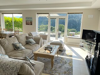 Castle View House -  Ring of Kerry- Sea Views - Beach - Fast Wi-Fi - Sleeps 12
