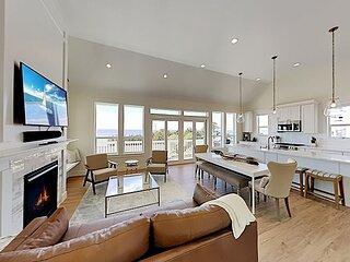 Drift Away   Olivia Beach   All-Suite, Private Hot Tub, Decks   Walk to Beach