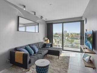 Comfy Unit with Balcony near Foreshore Dining