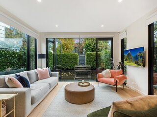 Beautiful 3-Bed Home with Terrace 20 min from CBD
