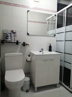 Baño reformado con plato de ducha con mampara y bidet