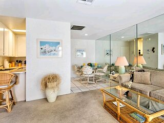 ☆Biarritz Contemporary Downtown  Poolside Condo - Pool ,Spa,Tennis - ☆