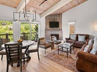 Gorgeous Snowmass Mtn View! Outdoor Hot Tub, Balcony, Parking. Gas FP. Ski to Li