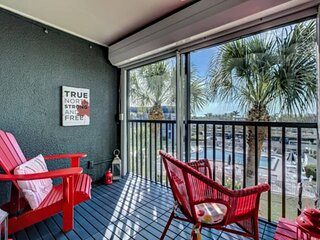 Siesta Key Beach is Across the Street, Partial Bay Views, WiFi, Renovated, Overl