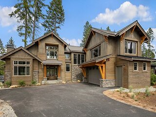 Luxurious Pet Friendly Home in the Heart of the Resort! Game Room & Hot Tub!