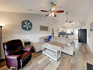 Choice Coastal Hideaway | 2 Outdoor Lounges, Grill | Walk 5 Minutes to Beach