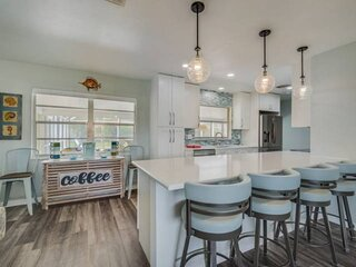 NEW TO MARKET- Pool, WIFI/Cable, Close to Anna Maria Island Beaches, Restaurants