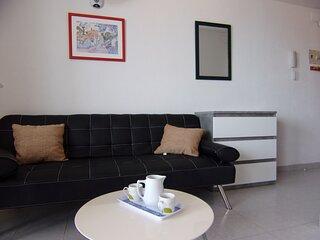 Sofá cama, mesa auxiliar, cómoda con amplios cajones