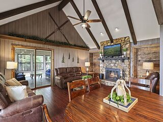 Towering Pines - Hiller Vacation Homes - Lost Lake Executive Home - Free WIFI