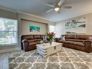 Right in the village! Walk to the Beach, WiFi, Parking Avail, Shopping/Dining, P