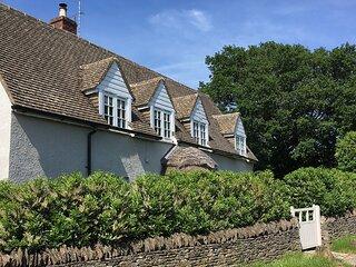 Thatch Cottage, Todenham - sleeps 6 guests  in 3 bedrooms