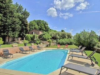Nice home in Goult with Outdoor swimming pool and 5 Bedrooms (FPV746)