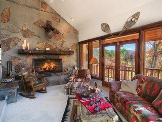 Beautiful Views, 4 Bedroom 4 Bath Cabin, Hot Tub, Wood Burning Fireplaces