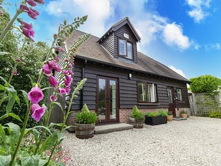 BELVIEW COTTAGE, WiFi, enclosed garden with furniture, Sturminster Newton