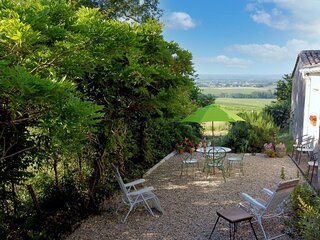 Peaceful 2-Bed Apartment in vineyard farmhouse