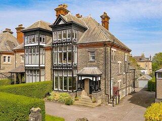 Handsome Harrogate Haven, Park Drive, Yorkshire: Elegant, 5* Cleaned Apartment!