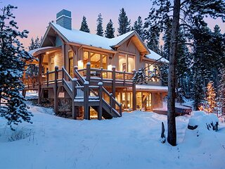 Sunrise Ski House: Mountain Modern Home, Views Overlooking Town of Breck