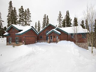 Pine Needle Lodge: Exclusive Private Home - Dog Friendly - Private Hot Tub