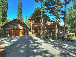 6,000 Square-Foot Log Retreat in a Peaceful Setting - Pool Table and Hot tub