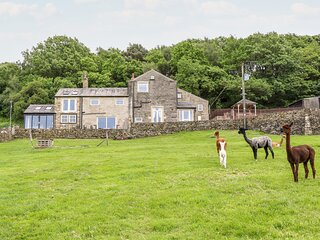 OLD HAY BARN, character, great views, four bedrooms, near Holmfirth, Ref 946821