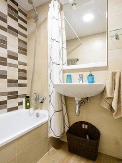 Cuarto de baño completo con bañera
