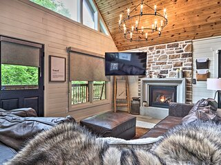 'The Moonshine' Cabin w/Hot Tub- 3 Mi to Dollywood