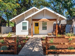 Newly renovated, Luxury appointed, downtown bungalow with Private Hot!
