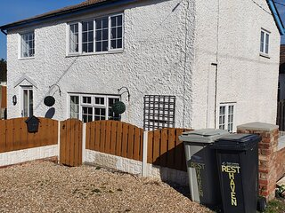Holiday cottage on Queens Park, beach, padding pool