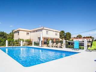Amazing home in Vilamarxant with WiFi, Outdoor swimming pool and 4 Bedrooms (EBV