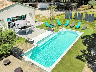 Nice home in Rognes with Outdoor swimming pool, WiFi and 4 Bedrooms (FPB426)