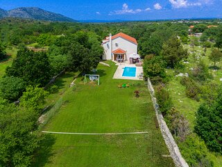 Amazing home in Lozovac with Jacuzzi, WiFi and 4 Bedrooms (CDV389)