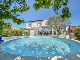 Nice home in Saint Chamas with Jacuzzi, 3 Bedrooms and Outdoor swimming pool (FP