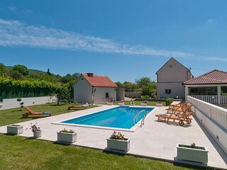 Amazing home in Blato na Cetini with WiFi and 4 Bedrooms (CDE274)