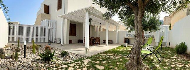 Veranda retro, area verde, barbecue, doccia esterna, arredo relax, sdraio prendisole