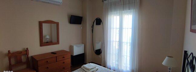 Dormitorio matrimonio con TV y aire acondicionado