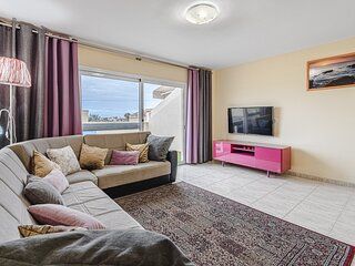 RED 3 bedroom large apartment for 11 guests