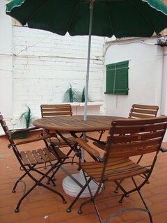 Terraza superior con mesa y sillas