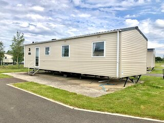 Lovely 8 berth caravan at Southview Holiday Park near Skegness ref 33066M